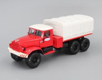 КРАЗ 255В Балластный тягач с тентом, красный / бежевый