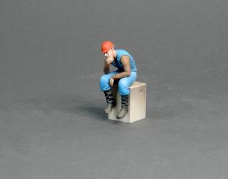 Фигура Мужчина в каске сидит (масштаб 1:24) Вариант 7, окрашенная