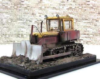 """ДТ-75 """"Почтальон"""" желто-красный в грязи (композиция 8)"""