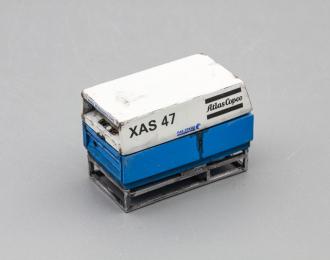Компрессор Atlas Copco XAS 47 со следами эксплуатации (открытый на ферме), белый / синий