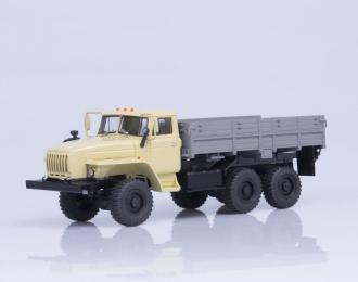 Уральский грузовик 43202-31 (Ярославский двигатель-238) бортовой, бежевый