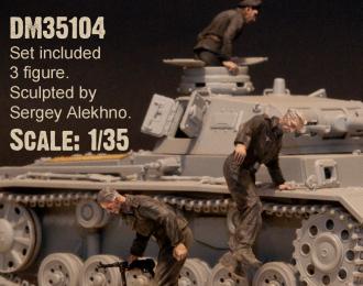 Сборная модель немецкие танкисты. Эвакуация из подбитого танка. 1940-43 гг. набор №4 - 3 фигуры