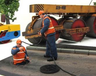 Водопроводчики-ремонтники с люком, оранжевый жилет