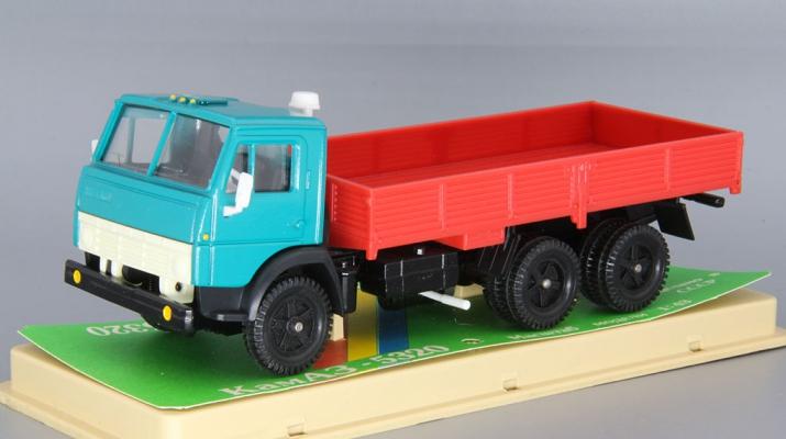 КАМАЗ 5320 бортовой (ранний), зеленый / красный