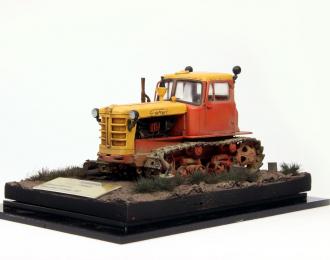 Трактор ДТ-75 ранней модификации, красно-желтый запыленный