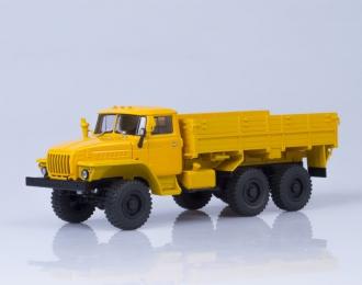 Уральский грузовик 43202 6x6 бортовой (деревянная платформа, покрышки О-47А), оранжевый