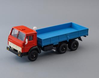 Камский грузовик 5320 бортовой без тента, красный / голубой