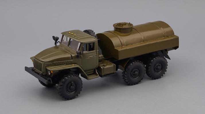 Уральский грузовик  Бензовоз цистерна, хаки