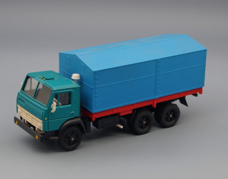 Камский грузовик 5320 бортовой с тентом, зеленый / голубой / красный