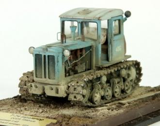 Т-74 трактор (двуцветный с открытым двигателем)+колпак и основание