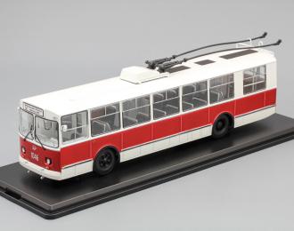 ЗиУ 9 троллейбус, белый / красный
