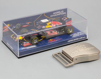 Набор Red Bull: модель F1 Rb8 Red Bull N 1 Sebastian Vettel Showcar 2012 World Champion + пряжка