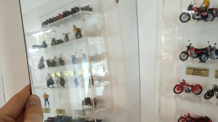 Зеркальный задник к стеллажу для мотоциклов