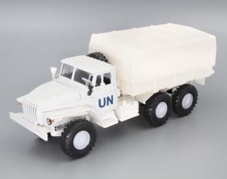 Уральский грузовик 4320 UN с тентом, белый