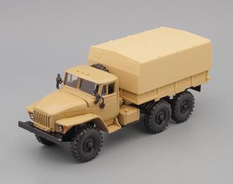 Уральский грузовик 4320 с тентом, песочный