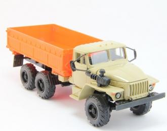 Уральский грузовик 5557 Сельхозвариант, песочный / оранжевый