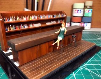 Девушка Нора в баре (изумрудное платье)