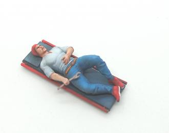 Фигура Автомеханик на лежаке, окрашенная