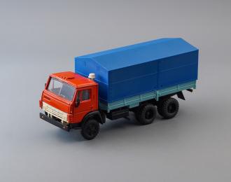 Камский грузовик 5320 бортовой с тентом, красный / синий