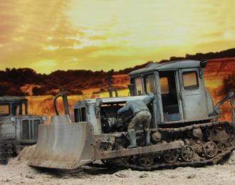 Тракторист (тип 2) осматривающий двигатель