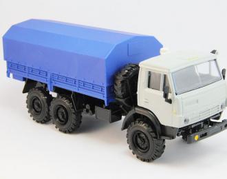 Камский грузовик 4310 с тентом, белый / синий