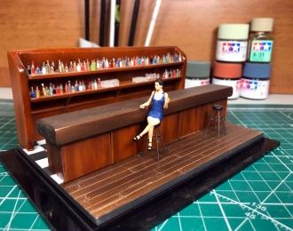 Девушка Нора в баре (синее платье)