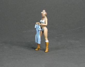 (Уценка!) Фигура Девушка стоит (масштаб 1:24) Вариант 16, окрашенная
