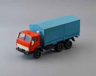 Камский грузовик 5320 бортовой с тентом, красный / голубой