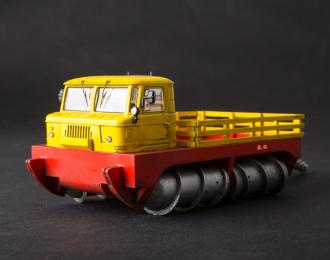 ГПИ-72 шнековый снегоболотоход (со следами эксплуатации), желтый / красный