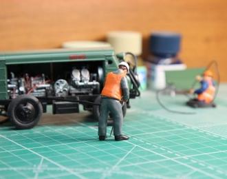 Рабочий Илья, оранжевый жилет, белая каска