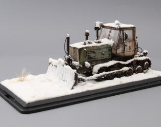 Диорама Трактор Т-150 гусеничный с отвалом (со следами эксплуатации), голубой/белый