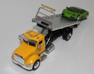 PETERBILT 335 платформа / эвакуатор с автомобилем Lamborghini, желтый