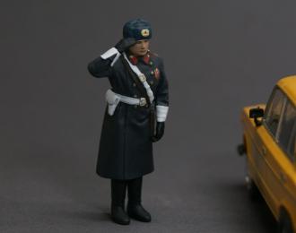 Фигурка сотрудник ГАИ СССР (зимняя форма) отдает честь