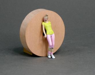 Фигура Девушка стоит (масштаб 1:24) Вариант 20, окрашенная