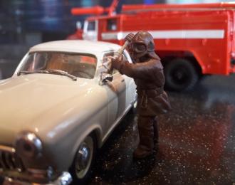 Фигурка Пожарный с гидравлическим резаком