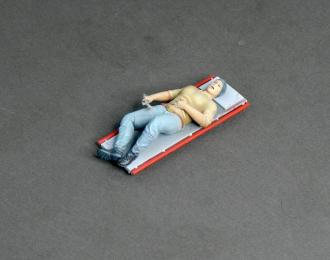 Фигура Автомеханик на лежаке (масштаб 1:24), окрашенная