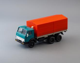 Камский грузовик 5320 бортовой с тентом, зеленый / красный