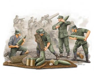 Солдаты немецкие подносчики снарядов для гаубицы